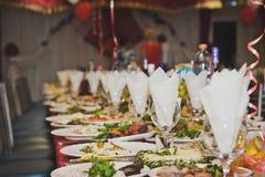 Плотно гружёный с блюдами таблицы стоковая фотография