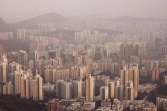 Плотные высокие квартиры подъема в взгляде полуострова Kowloon от холма маяка в вечере, Гонконга стоковое изображение