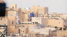 Плотные здания, исторические каменные дома в жаре и пыль, средние возрасты, пустыня, Африка, Мальта, флаг ЕС видеоматериал