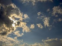 Плотные серые облака пряча su стоковое изображение rf