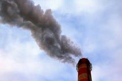 Плотные, тяжелые и плотные излучения вредных веществ и отбросов производства в атмосферу от фабрики пускают по трубам, конец-ввер стоковые фотографии rf