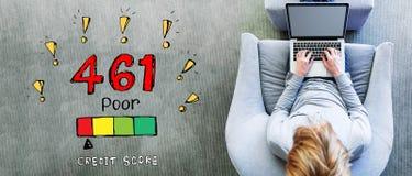 Плохая тема кредитного рейтинга с человеком используя ноутбук стоковые фотографии rf