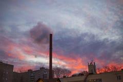 Плохая экологичность в городе где трубы дыма на зоре стоковое изображение rf