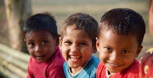 Плохие дети усмехаясь совместно сидящ в месте стоковая фотография rf