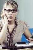 плохие получая детеныши женщины телефона весточки Стоковая Фотография