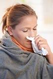 плохие уловленные холодные детеныши женщины ощупывания Стоковое Изображение