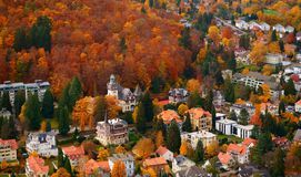 ПЛОХОЕ HARZBURG, БОЛЕЕ НИЗКАЯ САКСОНИЯ, ГЕРМАНИЯ - 10-ОЕ НОЯБРЯ 2018: Осеннее townscape плохого Harzburg в горах Harz стоковое фото rf