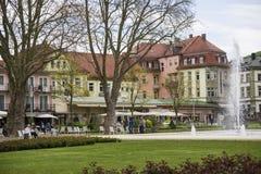 Плохое Kissingen, плохой район Kissingen, более низкое Franconia, Бавария, Германия - 11-ое мая 2017: Cafés и рестораны розария стоковые изображения rf