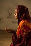 Плохой индийский женский профиль стороны попрошайки вручает вне Стоковое Изображение RF