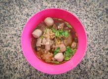 Плошка для супа лапш с едой шарика мяса свинины и стиля овощей традиционной тайской китайского азиата стоковое фото