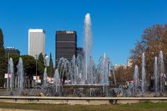 Площадь Сан-Хуан de Ла cruz на улице Paseo de Ла Castellana в городе Мадрида, Испании Стоковая Фотография