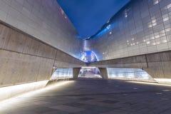 Площадь Сеул дизайна Dongdaemun современного дизайна внутренняя, Южная Корея апрель 2017 стоковое фото rf