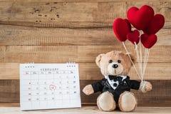 Плюшевый медвежонок держа в форме сердц воздушный шар Стоковая Фотография RF