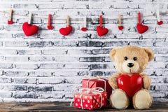 Плюшевый медвежонок держа в форме сердц воздушный шар Стоковое фото RF