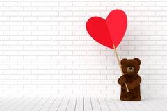 Плюшевый медвежонок держа в форме сердц красную этикетку Стоковые Фотографии RF