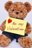 Плюшевый медвежонок держа желтый знак который говорит мое isola валентинки Стоковые Изображения RF