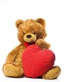 Плюшевый медвежонок и красное сердце Стоковые Изображения RF