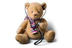 Плюшевый медвежонок и стетоскоп изолированные на белизне Стоковое фото RF