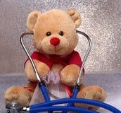 Плюшевый медвежонок и стетоскоп на белой предпосылке Стоковая Фотография