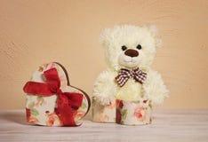 Плюшевый медвежонок & коробка сердца Предпосылка дня Валентайн таблица деревянная стоковое изображение rf