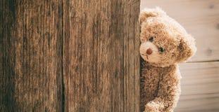 Плюшевый медвежонок на деревянной предпосылке стоковые фотографии rf