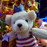 Плюшевый медвежонок на рождественской елке Стоковое фото RF