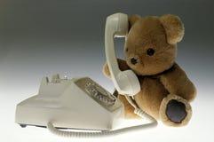 Плюшевый медвежонок на телефоне Стоковая Фотография RF