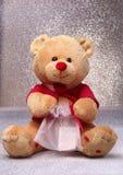 Плюшевый медвежонок сидя на белой предпосылке Стоковая Фотография