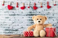 Плюшевый медвежонок сидя с подарочной коробкой Стоковая Фотография