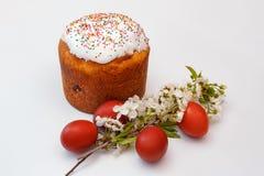 Плюшка пасхи, яйца и цветки вишни стоковая фотография rf