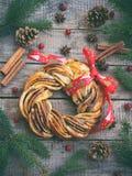 Плюшки венка желтого сахарного песка какао циннамона Сладостная домодельная выпечка рождества Сверните хлеб, специи, украшение на Стоковое Изображение RF