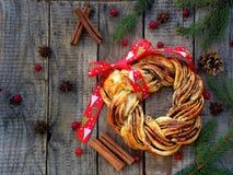 Плюшки венка желтого сахарного песка какао циннамона Сладостная домодельная выпечка рождества Сверните хлеб, специи, украшение на Стоковые Фото