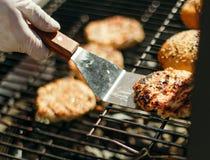 Плюшки для гамбургеров с сезамом, зажаренных фрикаделек Стоковые Изображения RF