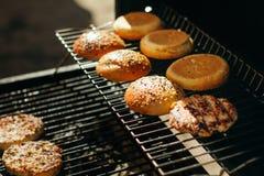 Плюшки для гамбургеров с сезамом, зажаренных фрикаделек Стоковые Изображения