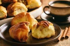 Плюшки домодельного хлеба с циннамоном и чашкой кофе Стоковые Фото