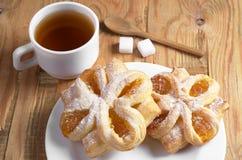Плюшки с вареньем и чаем Стоковые Фото