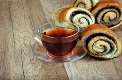 Плюшки с маковыми семененами и чашкой чаю Стоковое Изображение