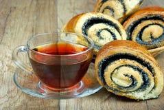 Плюшки с маковыми семененами и чашкой чаю Стоковые Фото