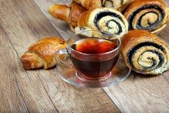 Плюшки с маковыми семененами и чашкой чаю Стоковая Фотография RF