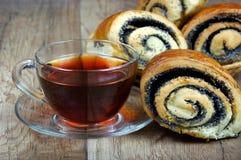 Плюшки с маковыми семененами и чашкой чаю Стоковые Изображения