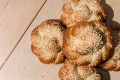 Плюшки с семенами сезама на деревянной предпосылке Стоковое фото RF