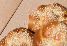 Плюшки с семенами сезама на деревянной предпосылке Стоковые Фото
