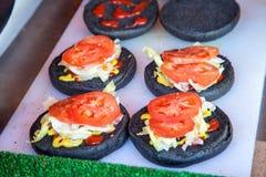 Плюшки с томатами и капустой с кетчуп и мустардом на белизне Стоковые Изображения RF