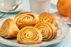 Плюшки с циннамоном на плите Очень вкусный десерт на светлой таблице Стоковое Изображение