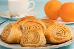 Плюшки с циннамоном на плите хлебопекарня свежая Стоковые Фотографии RF