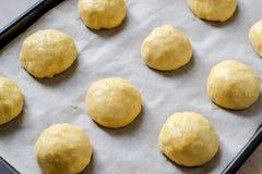Плюшки теста дрожжей на листе выпечки перед печь Стоковое Изображение RF