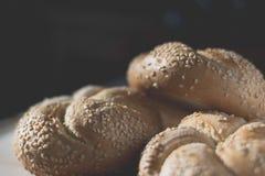 Плюшки хлеба с семенами сезама закрывают вверх Стоковые Фотографии RF