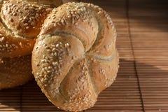Плюшки хлеба с семенами сезама закрывают вверх Стоковое Изображение RF