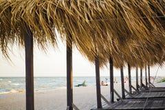 Пляжные домики лета на дезертированном пляже стоковые изображения rf