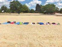 Пляжные полотенца положенные вне в ряд на песчаный пляж Стоковое Изображение